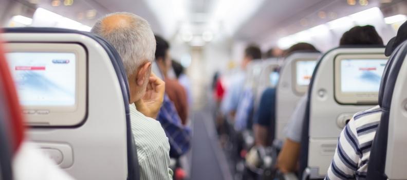Trascinato fuori dall'aereo dopo essersi rifiutato di rinunciare al suo posto