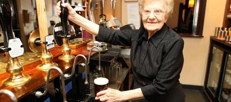 Cameriera a 100 anni, quando il lavoro è una vera passione